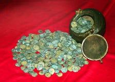 Gamla mynt av konungen som är rajarajan i museum på komplexet för thanjavurmarathaslott Arkivbild