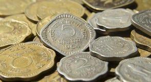 Gamla mynt av republiken Indien royaltyfria foton