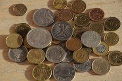 Gamla mynt från nordiskt och Österrike och tysk och brittisk schelli Arkivfoton