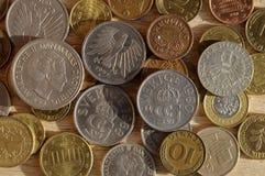 Gamla mynt från nordiskt och Österrike och tysk och brittisk schelli Royaltyfri Bild