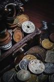 Gamla mynt i bröstkorg Arkivbilder