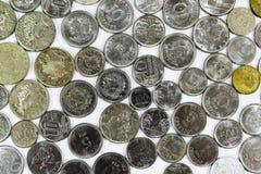 Gamla mynt, mynt, vit bakgrund, brasilian Royaltyfri Fotografi