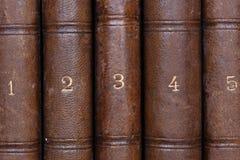 Gamla numrerade antikvitetböcker Arkivbild