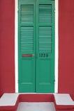 Gamla nytt målade dörrar i fransk fjärdedel nära bourbongatan i New Orleans, Louisiana Arkivfoto