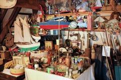 Gamla objekt i en loft i Normandie fotografering för bildbyråer