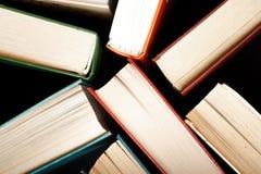 Gamla och använda inbunden bokböcker arkivfoto