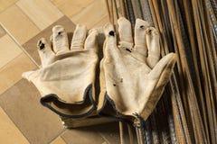 Gamla och brutna handskar - konstruktör royaltyfria bilder
