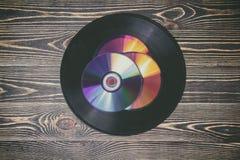 Gamla och moderna ljudsignala skivor på trätabellen Royaltyfria Foton