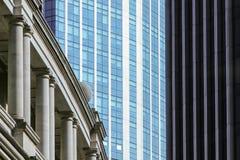 Gamla och nya kontorsbyggnader i London Royaltyfri Bild