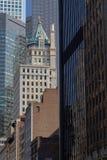 Gamla och nya skyskrapor i Manhattan Fotografering för Bildbyråer