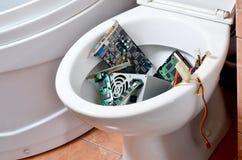 Gamla och oanvända datordetaljer återanvänds i toalettbunke arkivbilder