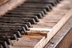 Gamla och red ut pianotangenter royaltyfri foto