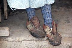 Gamla och sönderrivna skor Arkivfoton