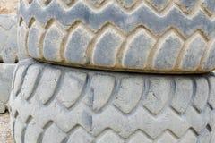 Gamla och skadade gummihjul för tung lastbil Arkivbild