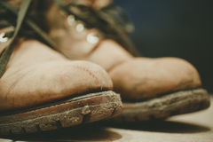 Gamla och smutsiga kängor i gyttja Royaltyfri Foto