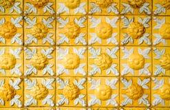 Gamla och smutsiga ljusa gula lättnadstegelplattor med den blom- modellen Tappning glasade keramiska tegelplattor textur och bakg arkivbilder