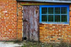 Gamla omålade, splittrade och förfallna dörrar Royaltyfri Foto