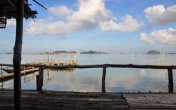 Gamla Onely en landgång över en sjöpir royaltyfri fotografi