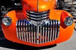 Gamla orange chevrolet Arkivbild