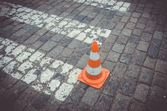 Gamla orange trafikkottar på vägen Royaltyfria Bilder