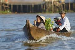 Gamla par korsar Mekong River med motorbåten, Cai Be, Vietnam Royaltyfri Bild