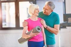 Gamla par med yoga som är matt i konditiongrupp Royaltyfria Foton