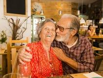 Gamla par på restaurangen arkivbild