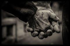 Gamla par som rymmer deras händer Royaltyfri Bild