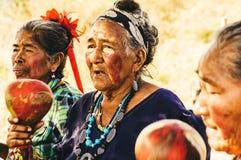 Gamla paraguayanska infödda Guarani kvinnor utför en sång Royaltyfria Bilder