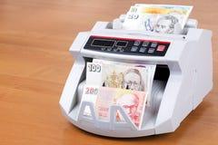 Gamla pengar från Israel i en räknande maskin