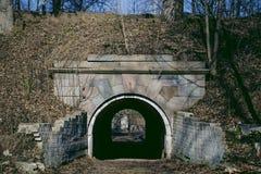 Gamla portar in i jordning på den theritory Dinaburg fästningen Royaltyfri Fotografi