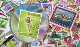 Gamla portostämplar under förstoringslinsen Royaltyfri Fotografi