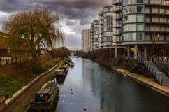 Gamla pråm längs kanalen på en molnig dag Arkivbild