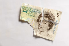 Gamla 5 pund uppriven pappersanmärkning Arkivbild