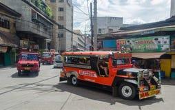 Gamla röda amerikanska jeepneys som kollektivtrafik i den Cebu staden, Filippinerna fotografering för bildbyråer