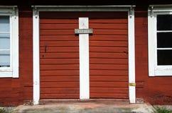 Gamla röda dörrar med det stängda tecknet Arkivfoto