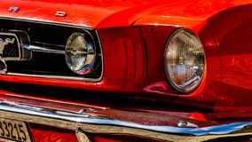 Gamla röda Ford Mustang royaltyfri bild