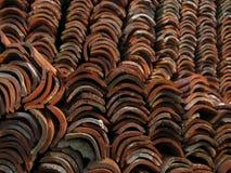 Gamla röda keramiska taktegelplattor travde i en hög Fotografering för Bildbyråer