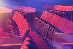 Gamla röda stolar på den tomma teatern Royaltyfri Bild