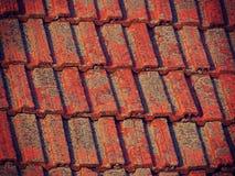 Gamla röda tegelplattor på ett hustak Royaltyfri Bild