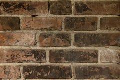Gamla röda tegelstenar och vitt cement, väggtextur Arkivfoton