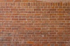 Gamla röda tegelstenar och vitt cement, väggtextur Royaltyfri Foto