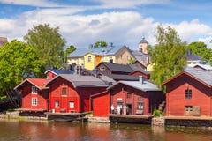 Gamla röda trähus i liten finlandssvensk stad Arkivfoto