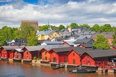 Gamla röda trähus på floden seglar utmed kusten Porvoo Royaltyfri Bild