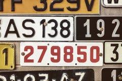 Gamla registreringsskyltar på en metallgaragedörr Fotografering för Bildbyråer