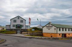 Gamla renoverade byggnader nära hamnen Royaltyfri Bild