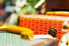 Gamla resväskor låser med skjutit grunt djup för modell closeupen av fältet Arkivbilder