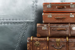 Gamla resväskor på metallbakgrund Arkivbild