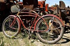 Gamla retro cykel- och traktordelar Arkivbild