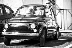 Gamla retro Fiat 500 i den Rome gatan Svartvit bild Arkivbilder